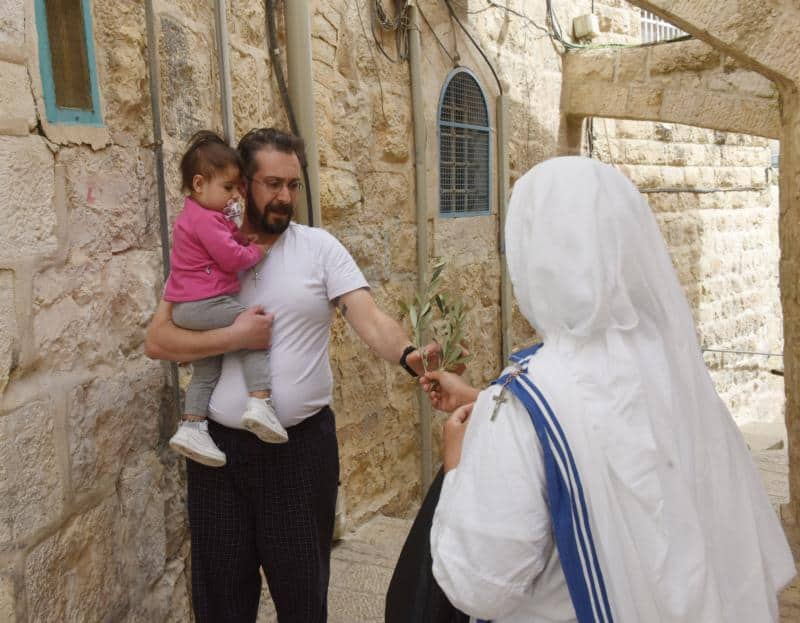 Read more about the article Surgical masks, social distancing: Palm Sunday in Jerusalem's Old City