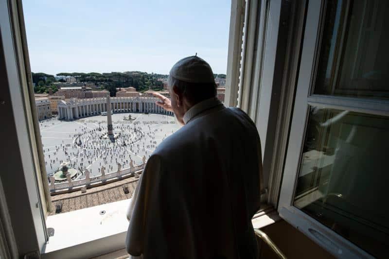 Papa bendice feligreses visitando para Solemnidad de la Ascensión