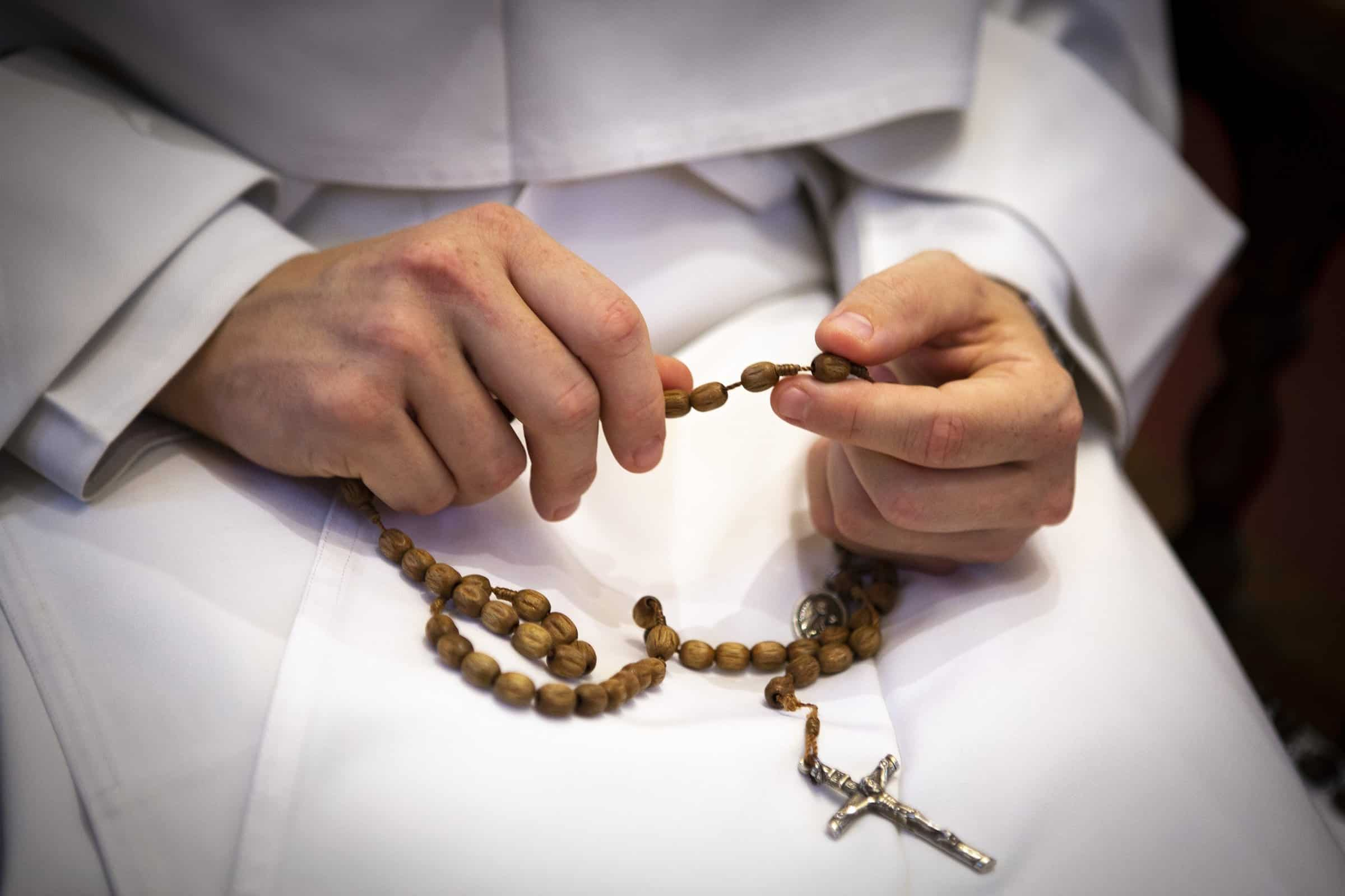 Read more about the article Virtual rosary Oct. 7 aims to unite Catholics in 'moment of prayer' for nation