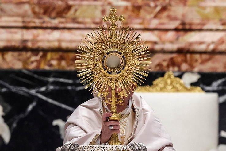 Read more about the article Eucharist is bread of sinners, not reward of saints, pope says